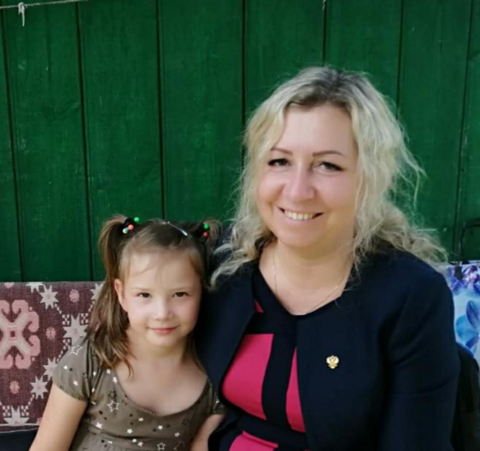 Уполномоченный по правам ребенка в Брянской области Инна Николаевна Мухина навестила девочку,возвратившую из республики Беларусь.