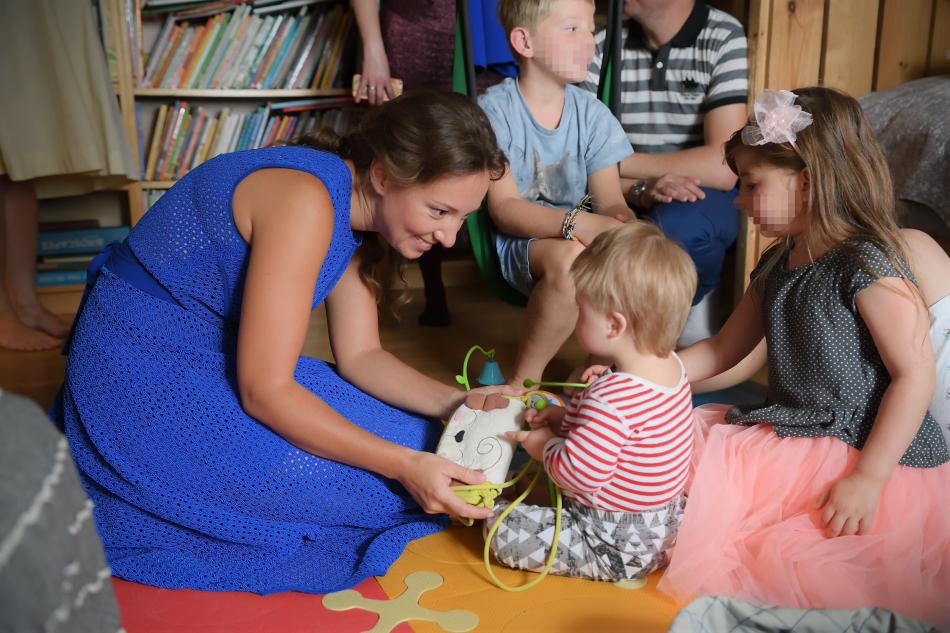 Анна Кузнецова навестила многодетную семью, которой помогла удочерить «солнечную девочку»