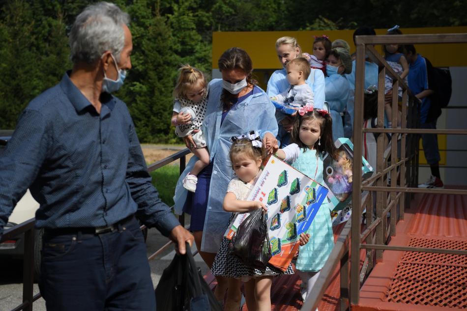 Анна Кузнецова передала родственникам детей, вывезенных из Сирии
