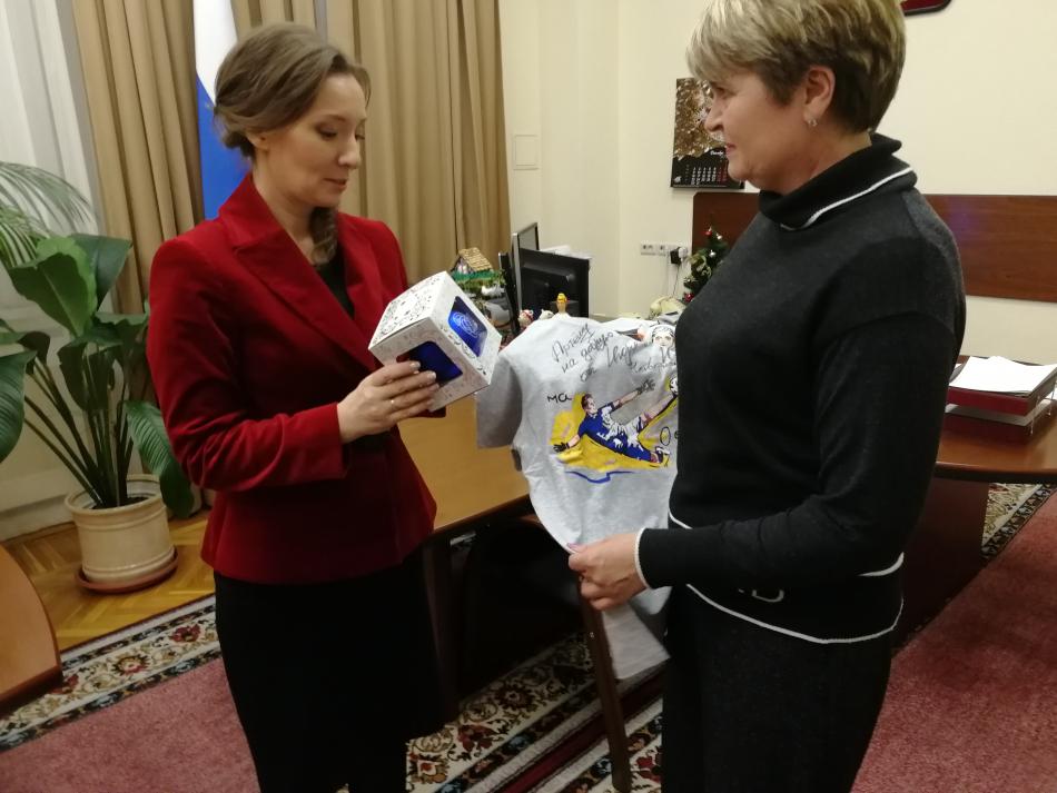 Анна Кузнецова передала подарки детям в Белгородскую область и в Республику Татарстан