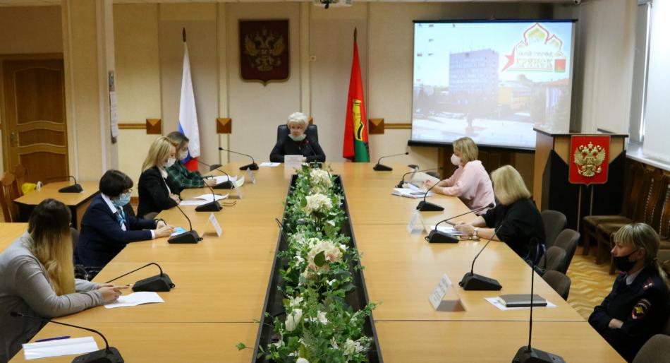В Брянске обсудили вопрос профилактики жестокого обращения с детьми в приемных семьях