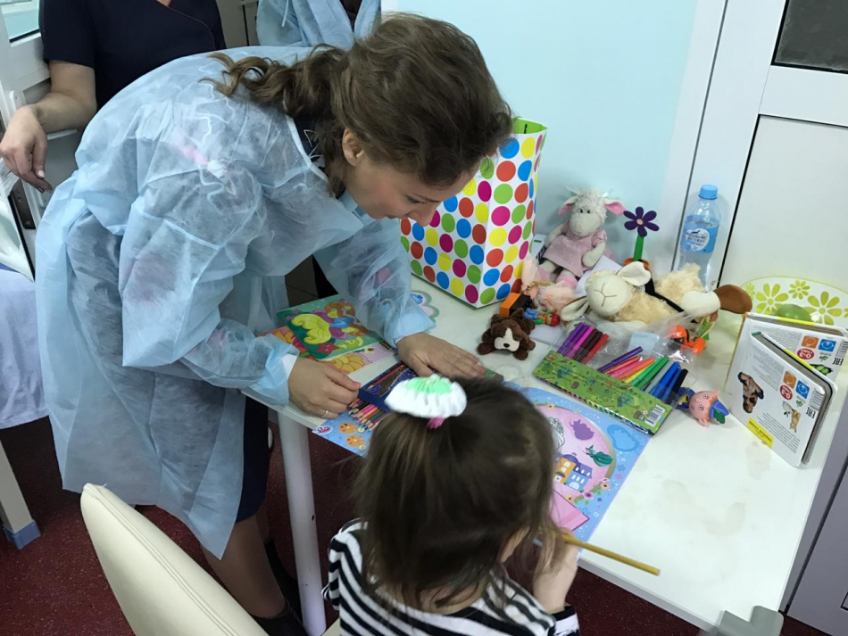 Анна Кузнецова навестила в больнице девочку, найденную в одной из квартир Москвы