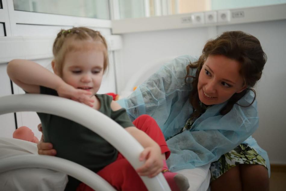 Анна Кузнецова навестила в больнице девочку, оставленную неизвестной женщиной в поликлинике на севере Москвы