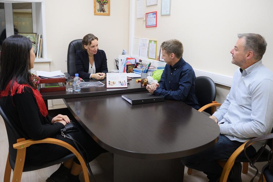 Анна Кузнецова встретилась с усыновленным из России Алексом Гилбертом