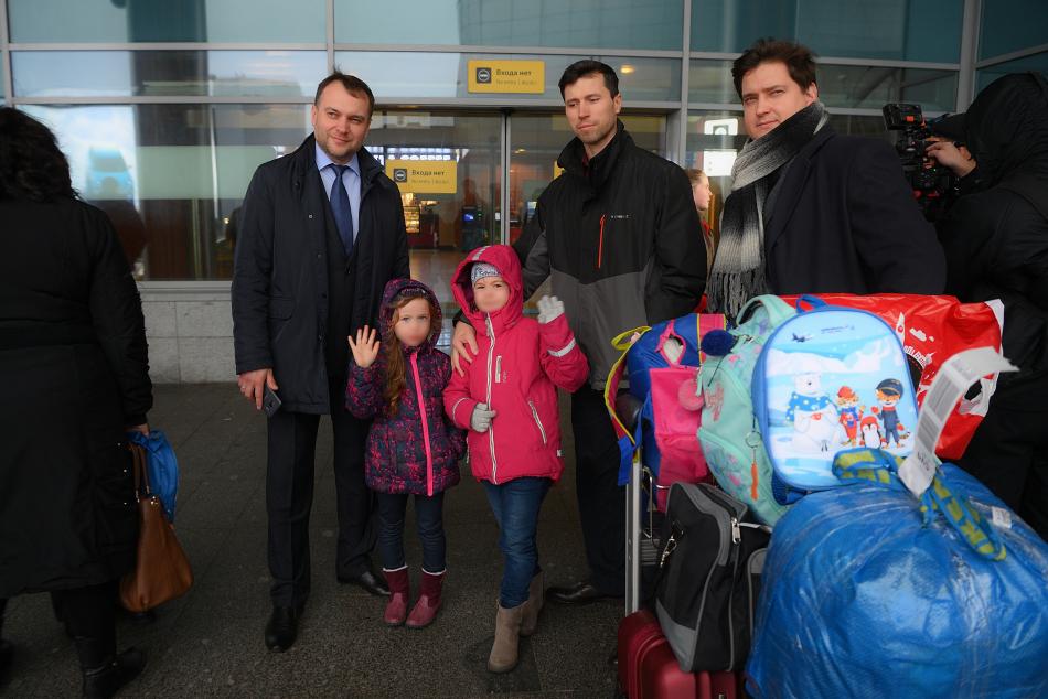 Представители аппарата детского омбудсмена и Совета отцов встретили в аэропорту россиянина Дениса Лисова с дочерьми