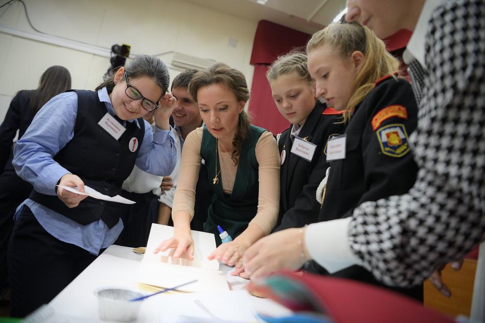 Анна Кузнецова вместе со школьниками сделала книги для слепоглухих детей